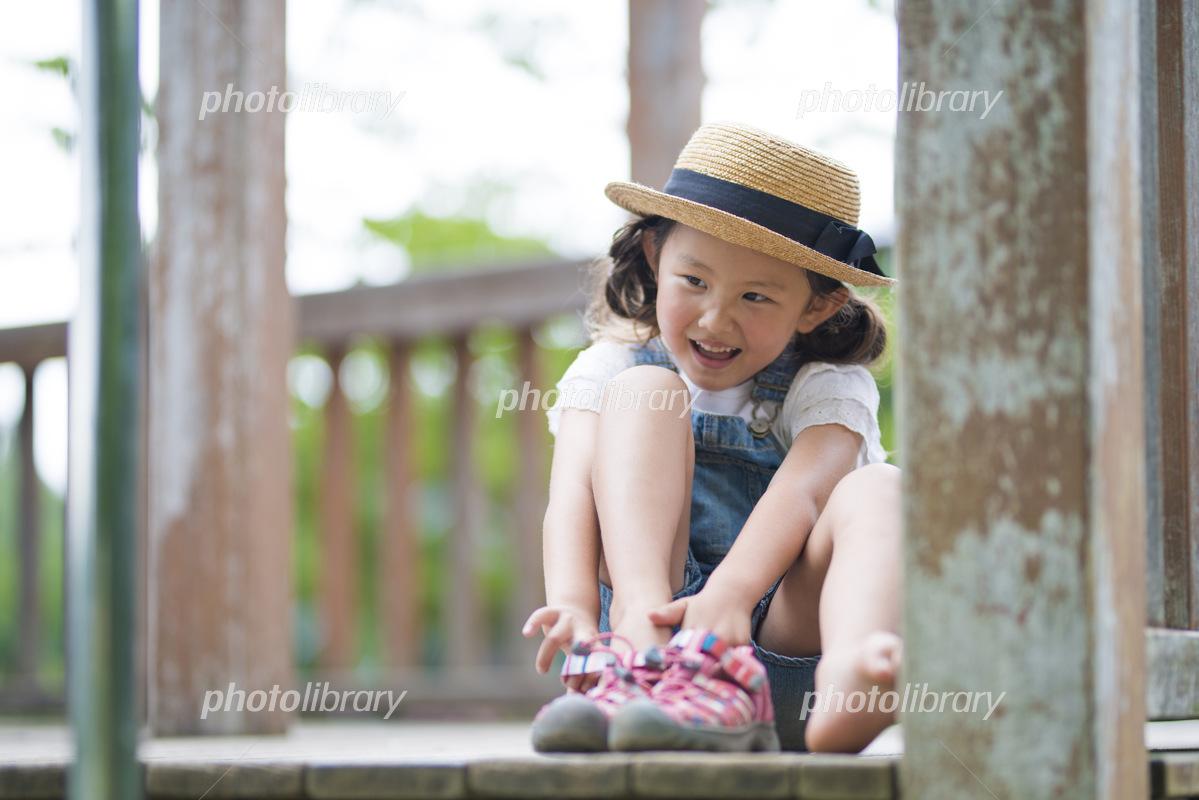 サンダルを履く可愛い女の子 写真素材 5178013 フォトライブラリー