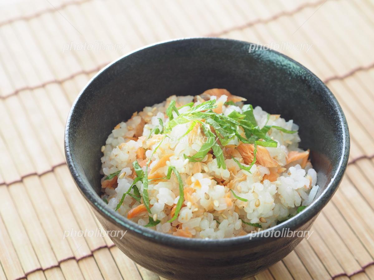 焼鮭と大葉の混ぜご飯 写真素材 [ 5589308 ] - フォトライブラリー photolibrary