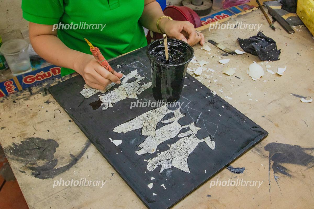卵の殻を使用した制作途中の工芸品 ベトナムホーチミン 写真素材