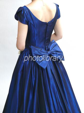 ドレス姿の女性の後ろ姿